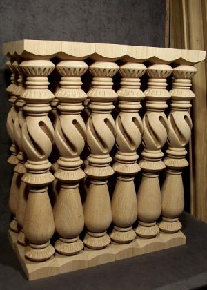 Colonne di legno di quercia con ricche decorazioni