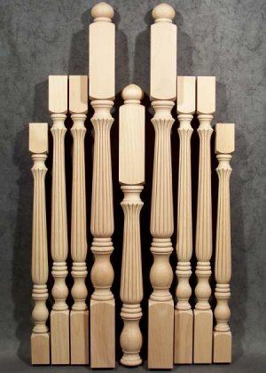 Colonnine in legno per scale di varia altezza e colonne caposcala tornite con speciale fresatura decorativa