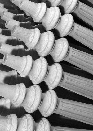 Gambe per tavoli in legno decorate con fresatura longitudinale - Dettaglio - da noi prodotte in altezza personalizzata per un hotel