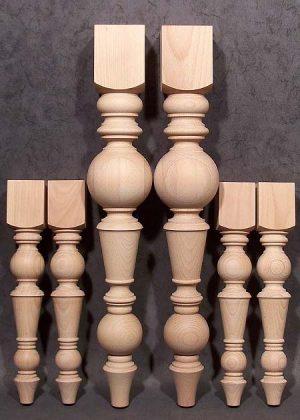 Gambe per tavoli in legno più grandi e più piccole, con identico motivo, in faggio trattato al vapore