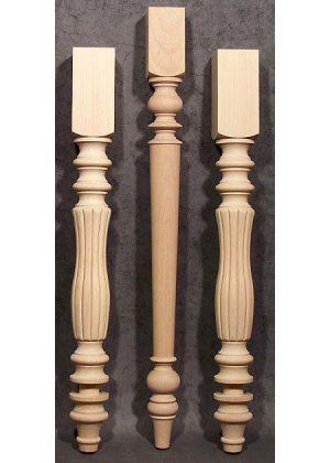 Gambe per tavoli in legno tornite e fresate poste una accanto all'altra