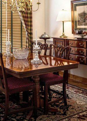 Tavolo da pranzo laccato con vernice color quercia e con gambe per tavoli in legno tornite
