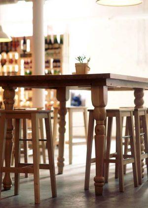 Tavolo di faggio con quattro tipi di gambe in legno tornite e trattamento della superficie color marrone