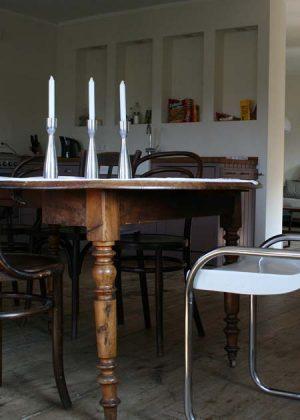 Tavolo in legno fatto con materiali rustici e gambe per tavoli tornite